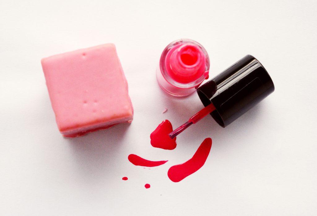 Auf dem Bild ist Nagellack in Pink zu sehen