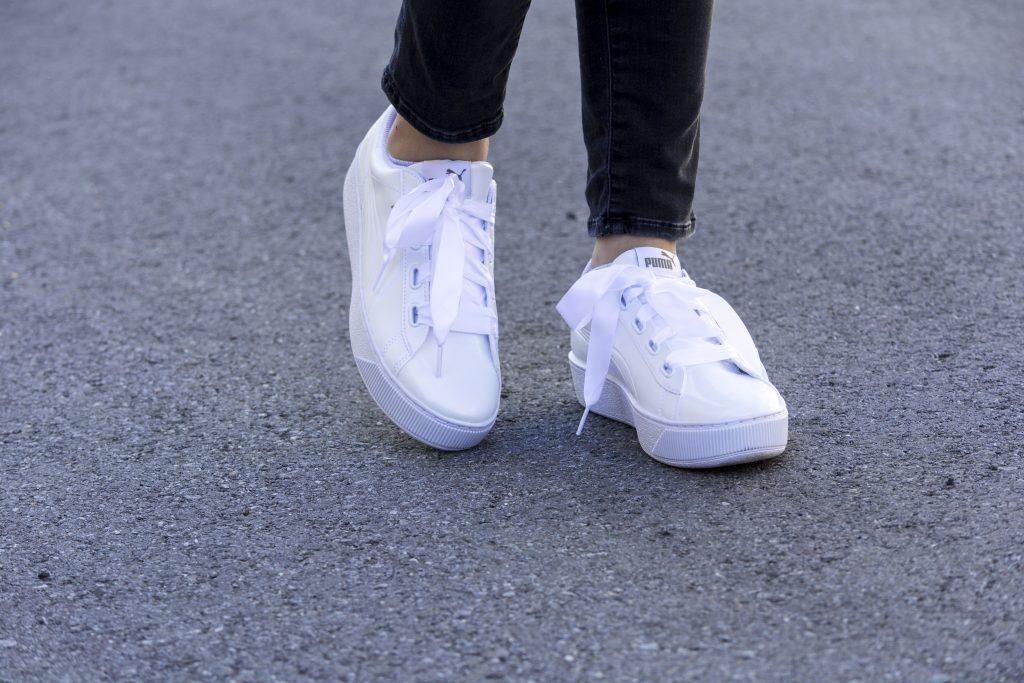Auf dm Bild sind weiße Sneakers von Puma zu sehen