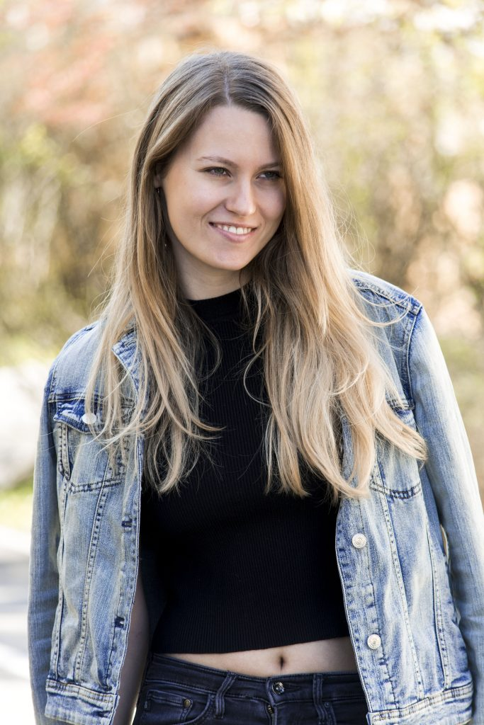 Bild von einer Frau mit Jeansjacke und Crop Top