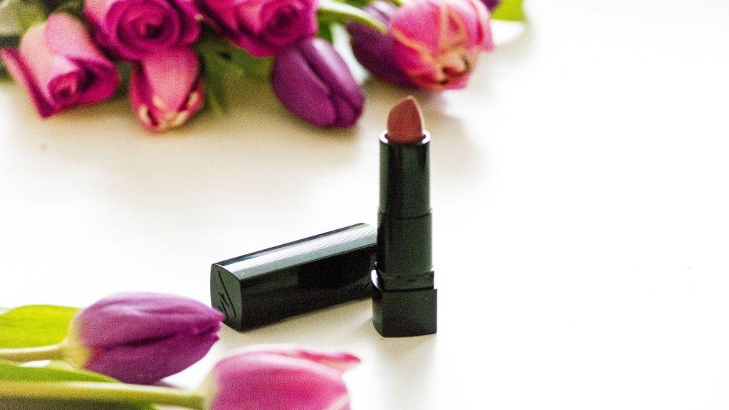 Auf dem Bild ist der Lippentift All in One von Manhatten in der Farbe Rosewood Road zu sehen.