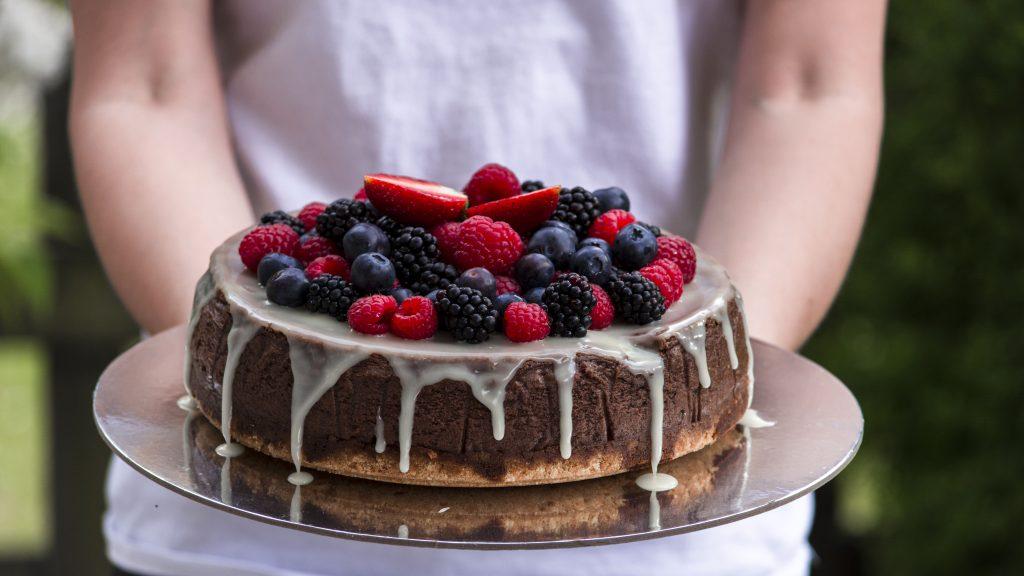 Die Schokocheesecake auf einem silbernen Untersetzer präsentiert