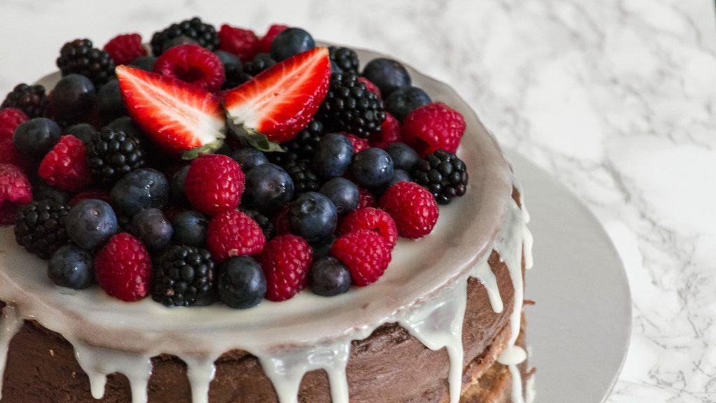 Schokocheesecake mit bunten Beeren