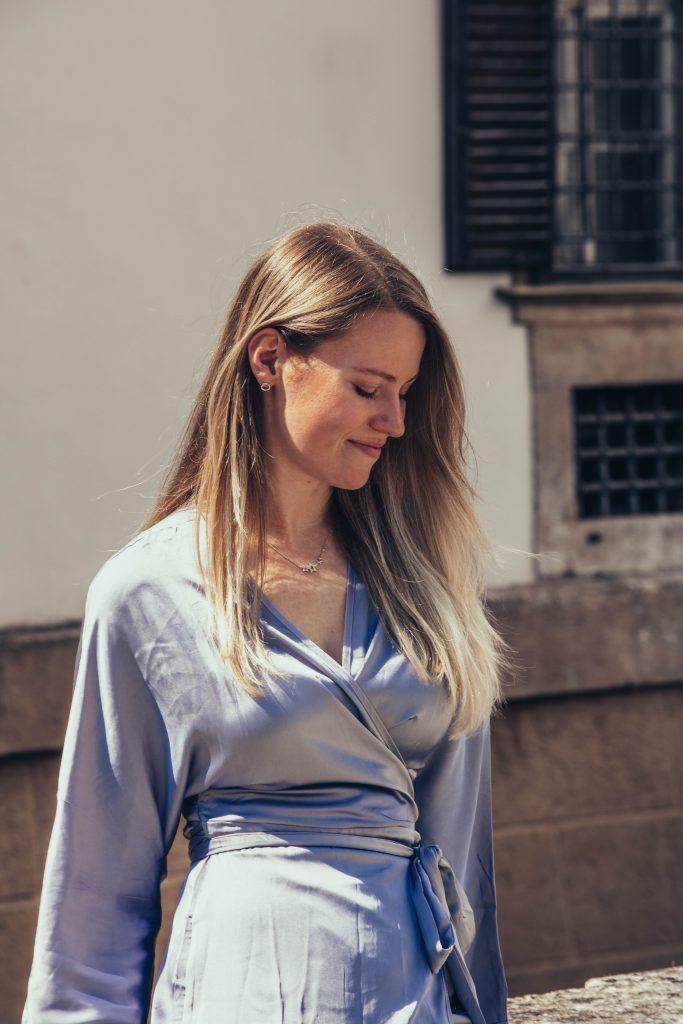 Close Up von einem blauen Wickelkleid
