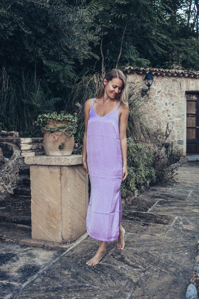 Lila Kleid aus Satinstoff