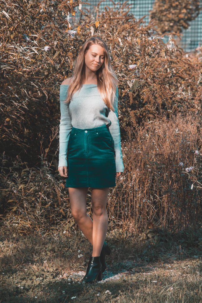 Grüner Cord-Rock, dazu Stiefeletten und Langarmshirt