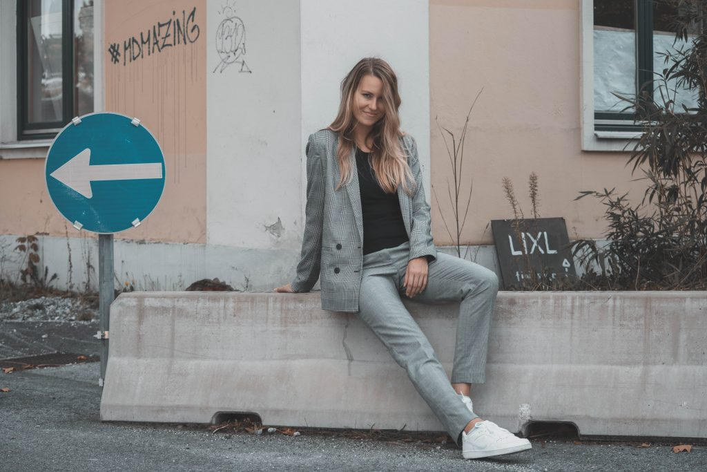 Karo Blazer und karierte Hose mit Sneaker