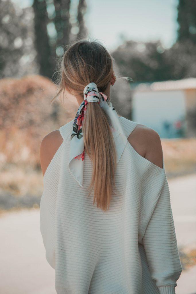 Pferdeschwanz mit Haarband umwickelt