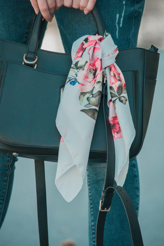 Seidentuch als Accessoire auf der Handtasche