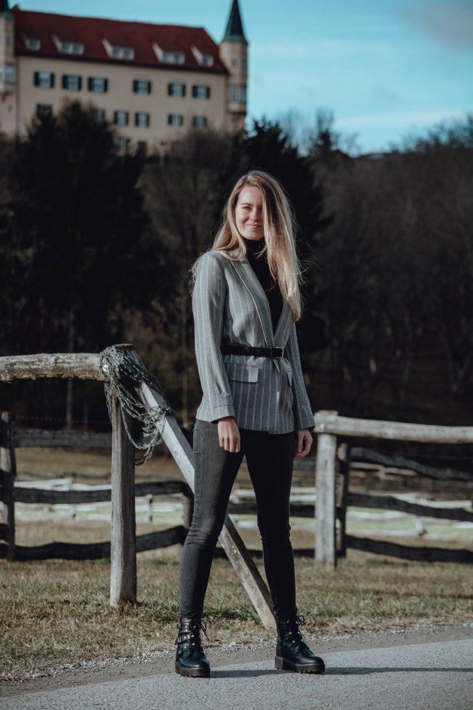 Outfit mit grauem Blazer und schwarzer Hose