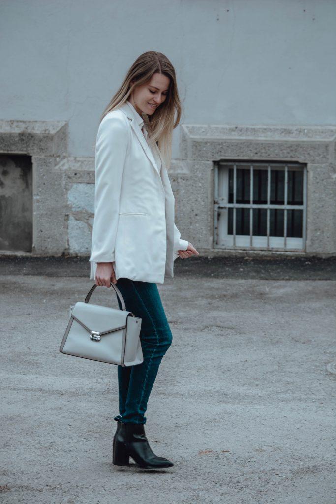 Outfit mit weißem Blazer von der Seite