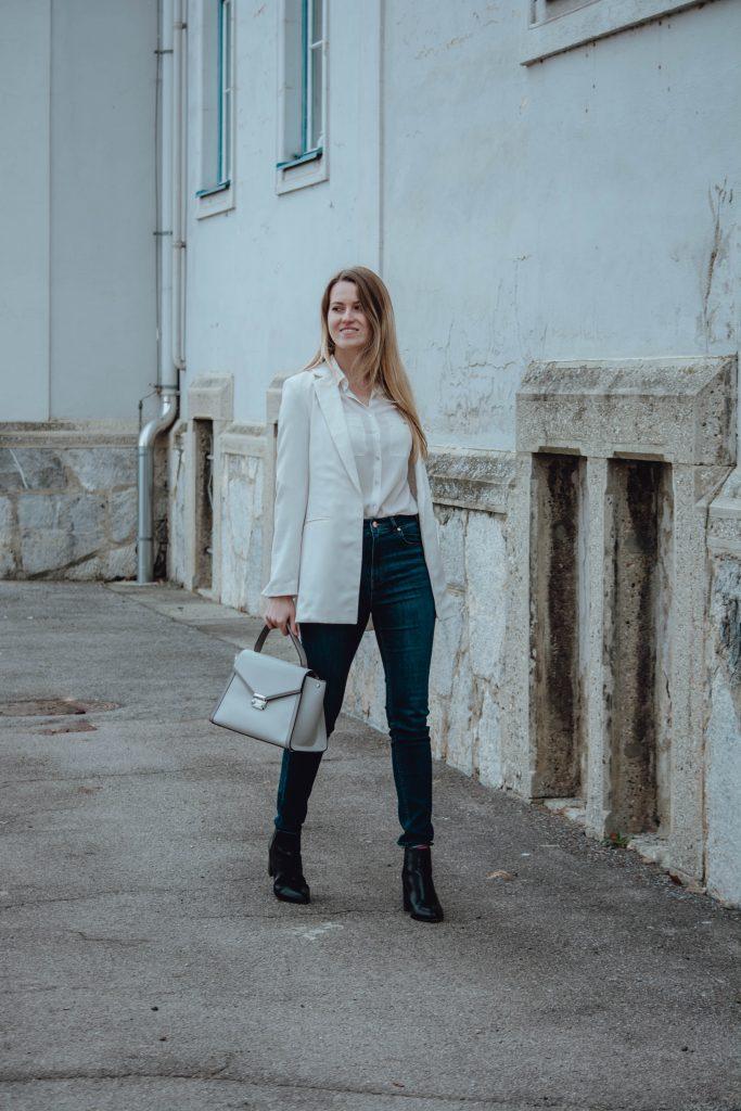Outfit mit weißem Blazer ganzkörper Ansicht