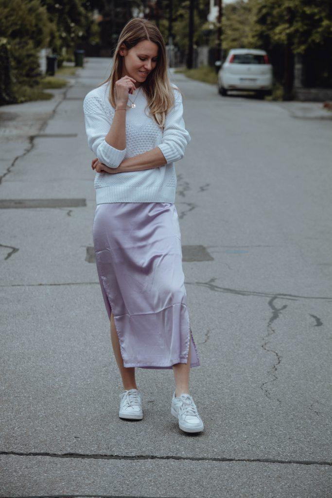 Outfit mit Satinkleid in Lila und weiße Sneaker.