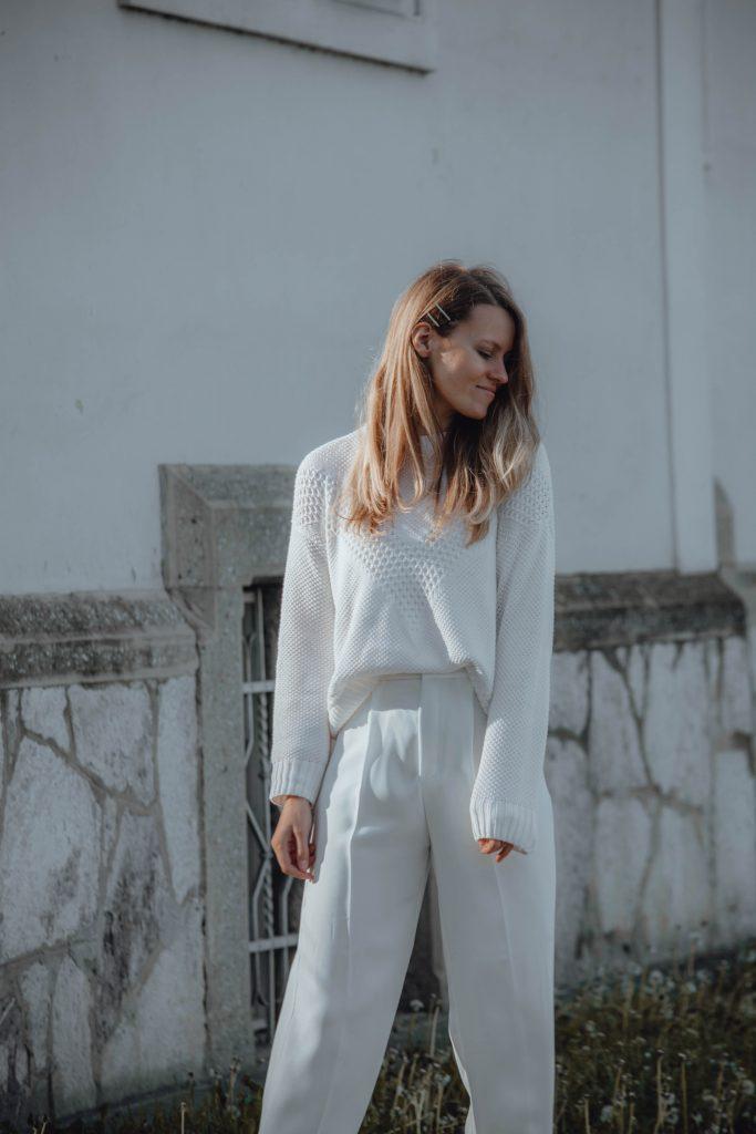 weißes Outfit mit Strickpullover und Anzughose