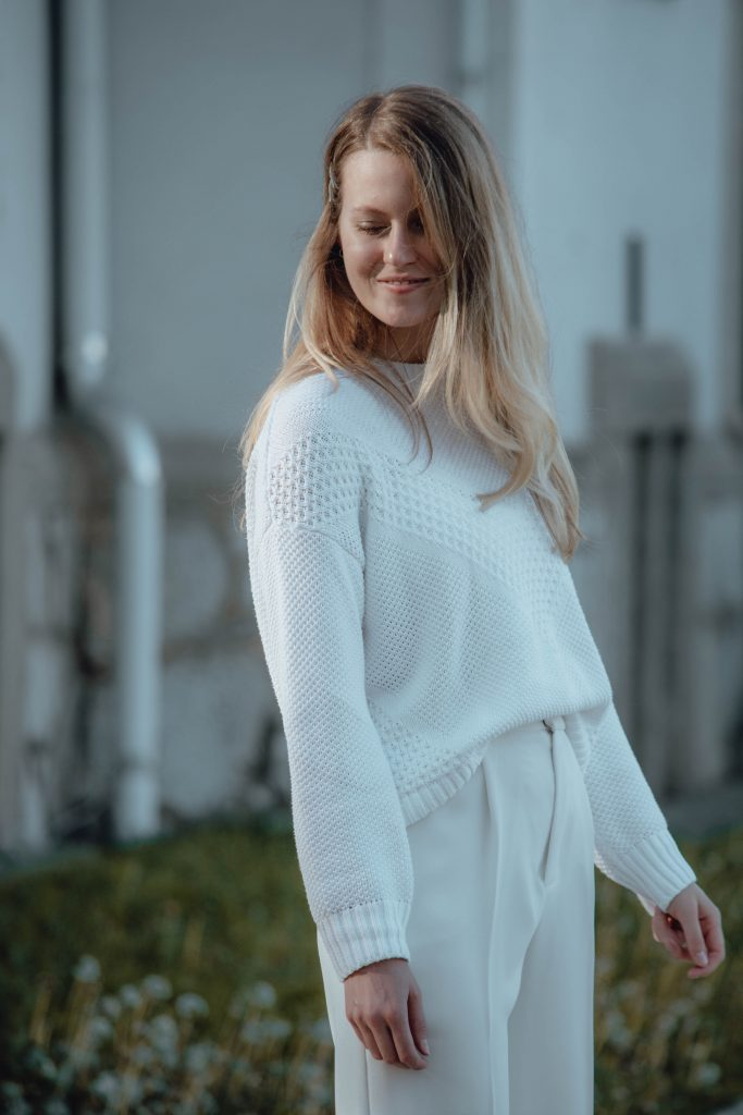 Look mit weißem Pullover und weißer Anzughose