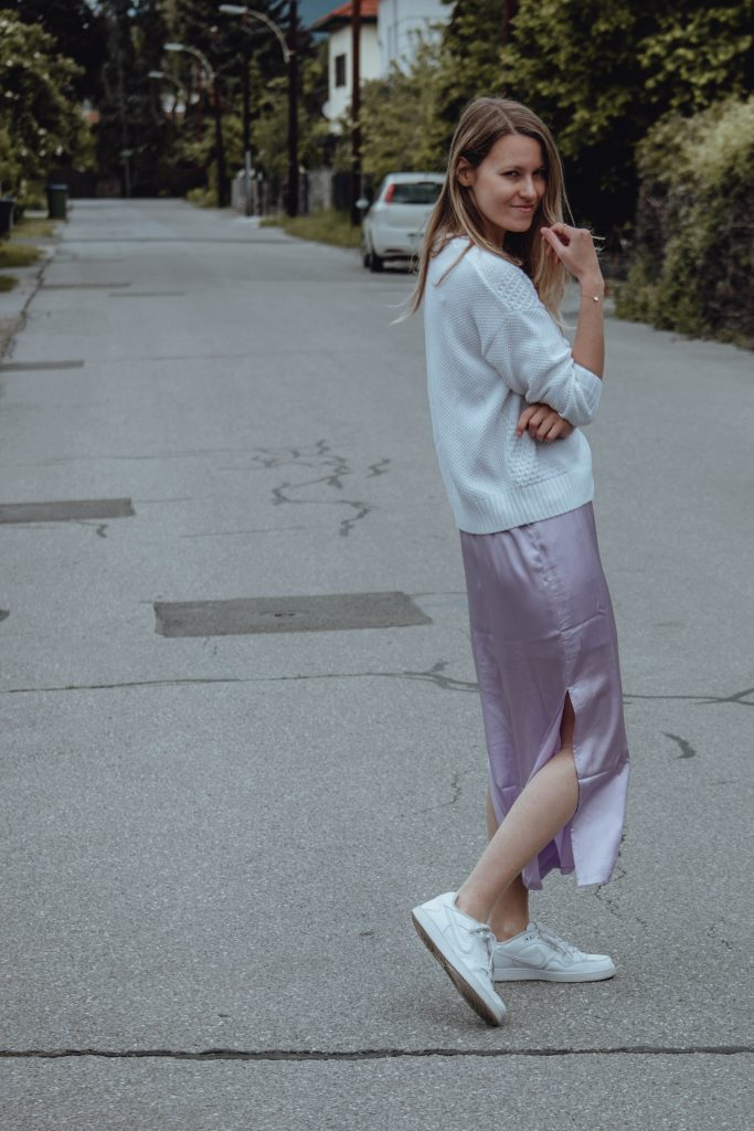 Outfit Kobination weiße Sneaker und lila Satinmaxikleid